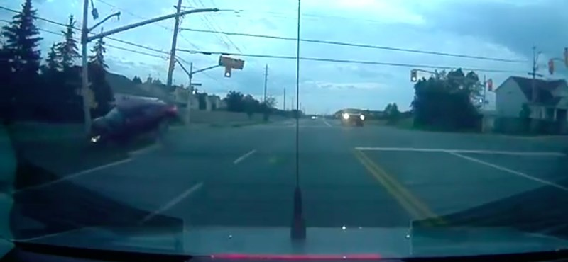 Levegőbe repült, úgy ütötte ki a közlekedési lámpát az autós – videó