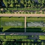 Gigantikus, lebomló festményt festettek az Eiffel-torony lábához