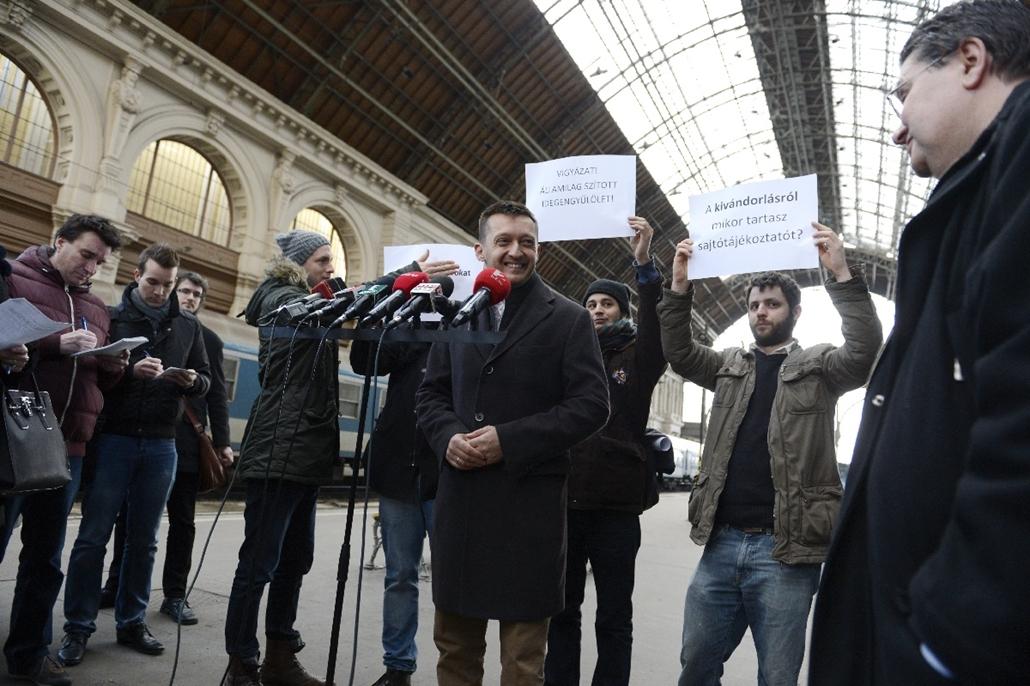 mti.15.02.10. - Rogán Antal a Keleti pályaudvaron az illegális bevándorlásról tart sajtótájékoztatóján - 7képei
