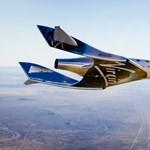 Feljutott a világűrbe a milliárdos Richard Branson szuperszonikus űrrepülője