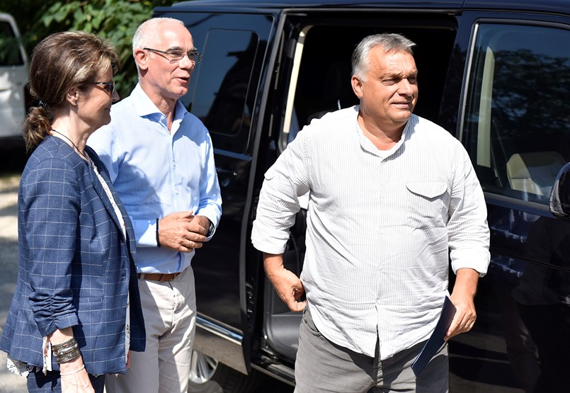 Kinek a szájkosara? Orbán Viktornak elege lett a kultúrharcoló Szakács Árpádból