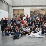 Photoshoppal szerkesztett fekete diákokat egy csoportképre egy francia iskola – lebuktak