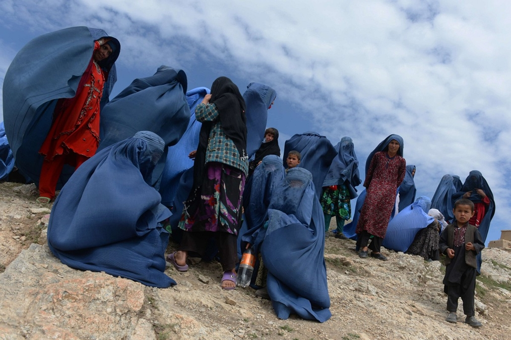 afp. a hét képei - 2014.05.05. AFGHANISTAN, AAB BAREEK - Afghan villagers are pictured near the scene in the landslide-hit Aab Bareek village in Argo district of Badakhshan on May 5, 2014. Rescue teams abandoned the search for survivors May 3 after a land