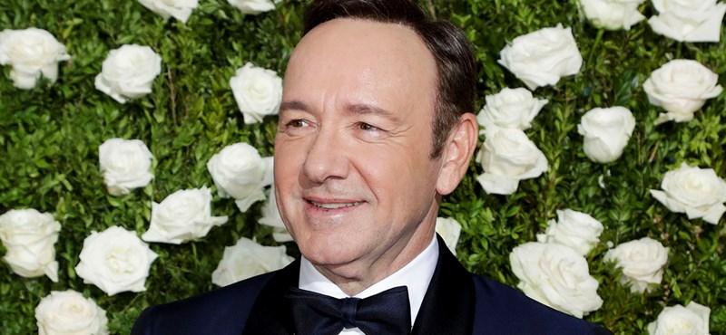 Vádat emeltek Kevin Spacey ellen, a molesztálással vádolt színész magyarázkodik