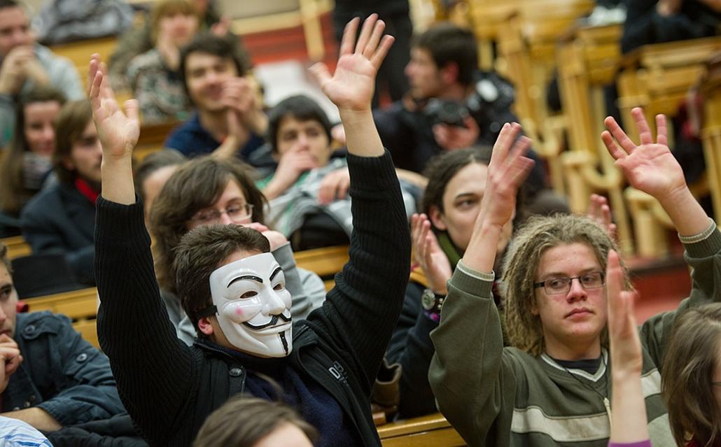 diáktüntetés Hallgatói Hálózat - Nagyítás-fotógaléria - diákok az ELTE jogi karán