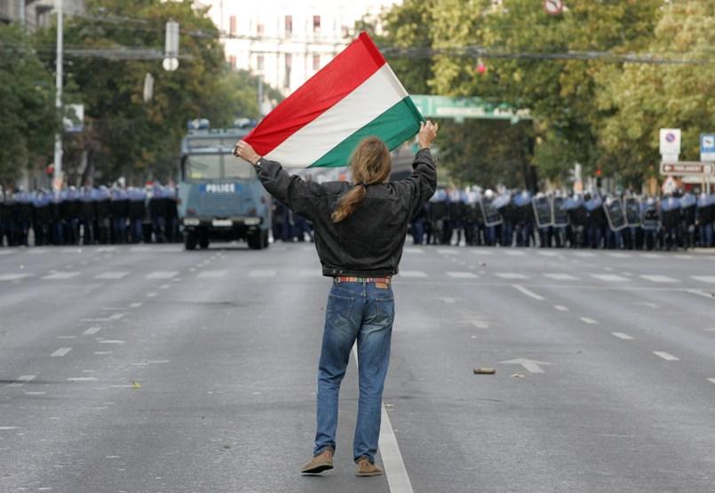 La sociedad y la policía se marcharon solas en 2006: una crítica al poder del poder