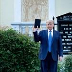 Donald Trump Bibliával pózolt, miközben könnygázzal oszlatták a tüntetőket