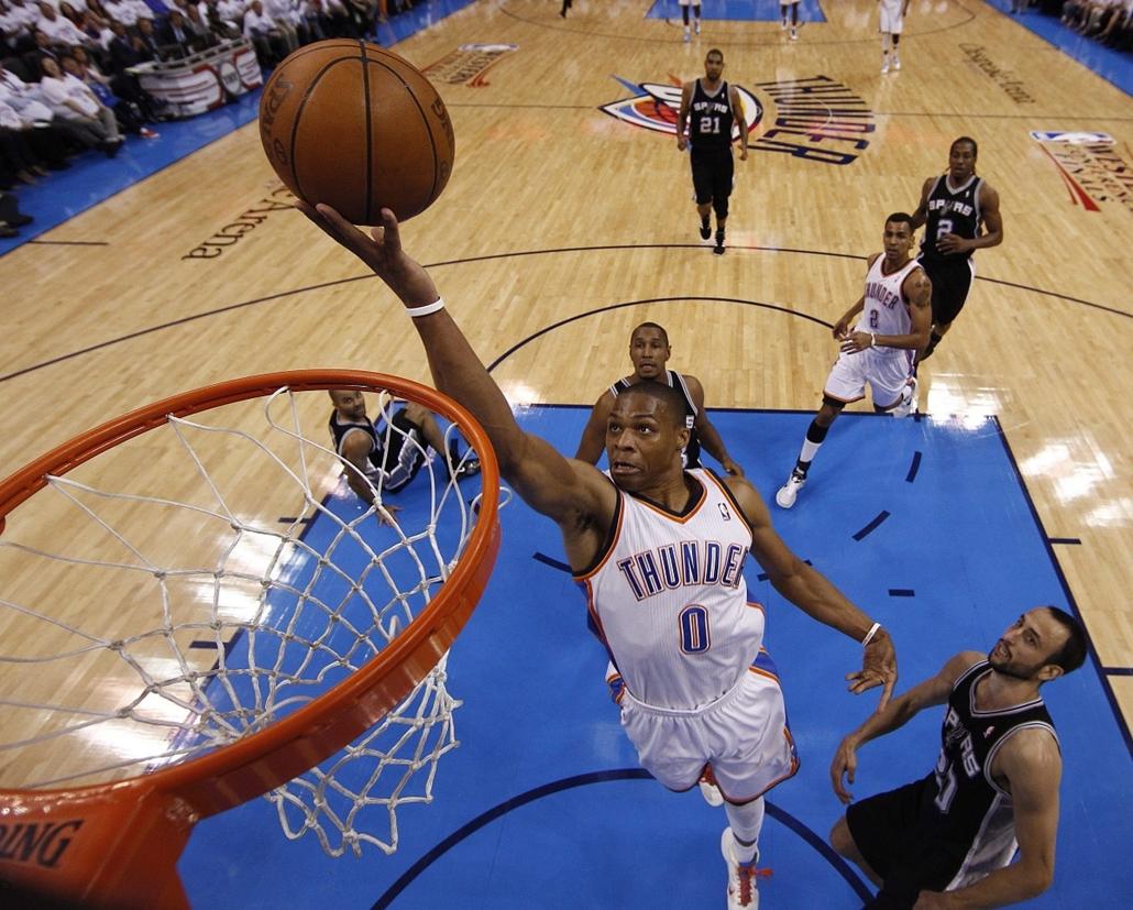 2012. június 6. - Oklahoma City: Russell Westbrook, az Oklahoma City Thunder játékosa akció közben