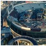 A nap képe: lakóházak egy stadionban?!