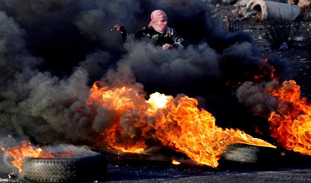 best of 2017 - Palesztin tüntető Ramallahban. Donald Trump amerikai elnök kihírdette, hogy Jeruzsálemet fogadja el Izrael fővárosának, és a nagykövetséget is oda telepíti Tel-Avivból. A bejelentés után országszerte palesztin tüntetések kezdődtek