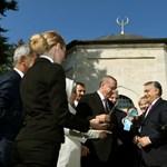 Fotó: Így imádkozott Erdogan a türbében, míg Orbán a sarokban állt