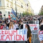 Fotók: megtelt Budapest belvárosa, ezrek tiltakoztak a lex CEU ellen