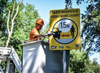1,5 méter – új táblákat rak az utak mellé a közútkezelő