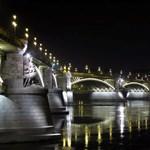Villamossínekre hajtott egy autó a Margit hídon - megint nem jár a 4-6-os