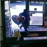 Tűzgolyóként robbant az e-cigi egy férfi zsebében – videó