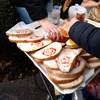 A Gundelnél O1G-feliratú zsíros kenyérrel tiltakoztak a kormány urizálása ellen