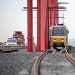 A sínekre borult egy autó a Rákóczi hídnál, pótlóbusz jár az 1-es villamos helyett
