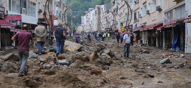 Villámárvíz vágott el a külvilágtól 118 török települést