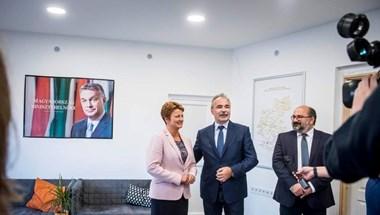 Gigantikus Orbán Viktor-portré figyeli a szentlőrincieket