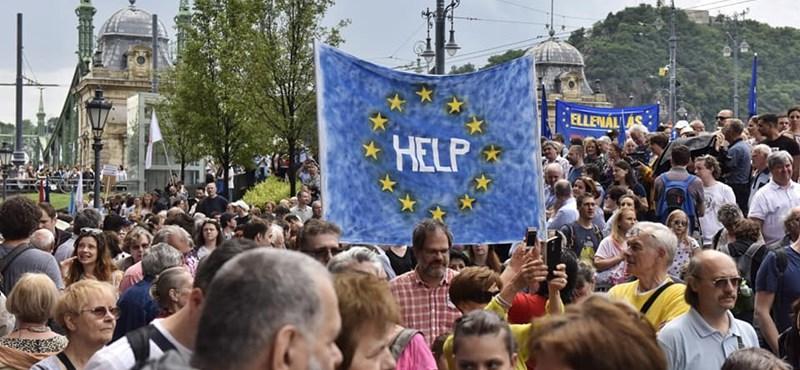 Elemzésbe csomagolva dorongolta le a kormányt az Európai Bizottság