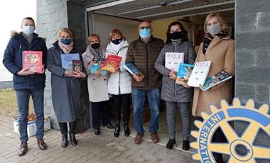 10 000 gyerekkönyvet osztott ki a HVG