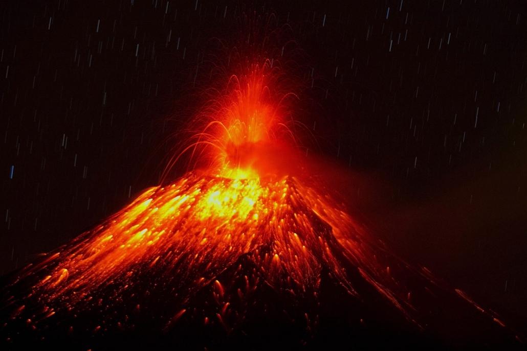 Izzó lávát lövell ki magából az ecuadori Tungurahua-tűzhányó a közeli Huambalo városából nézve. A vulkáni tevékenység miatt a hatóságok megszigorították a biztonsági intézkedéseket.