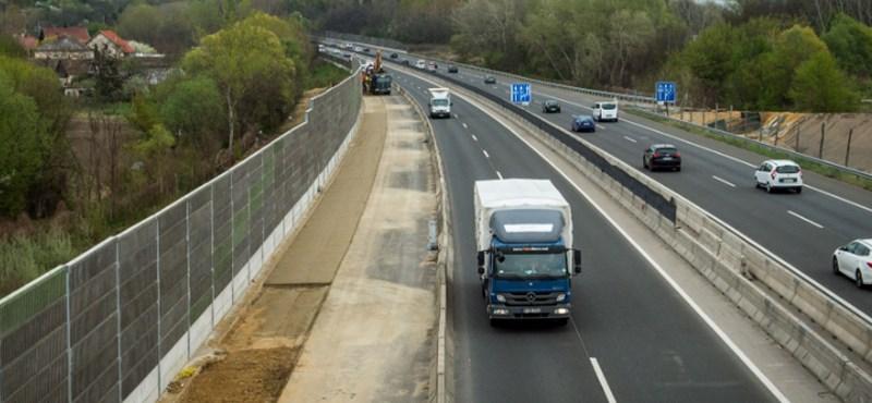 Felborult kocsi miatt zártak le Budapest felé egy sávot az M3-son