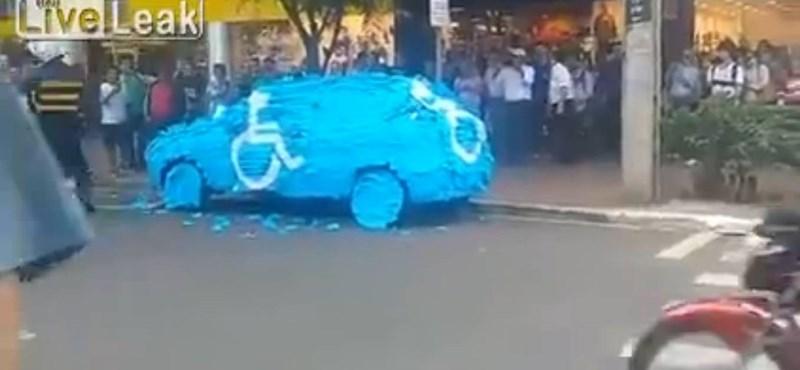 Videó: Így kell bánni a mozgáskorlátozottak helyére parkoló pofátlan autósokkal