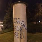 Simicska Lajos saját kezével írta fel öt plakáthelyre, hogy Orbán egy geci