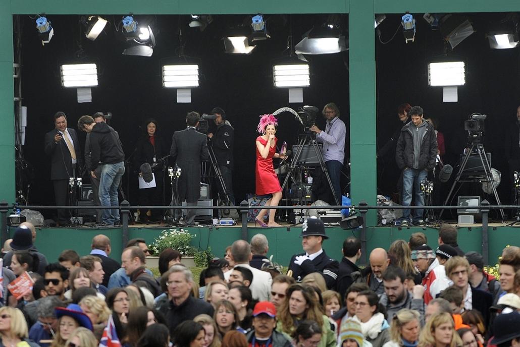 Sajtófotó 2011 - Nagyítás-fotógaléria - Bulvár, humor (egyedi vagy sorozat - 1. helyezett: Ásó, kapa, Big Ben ...