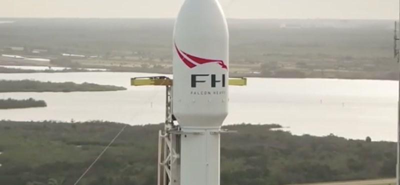 Videó: már beállt a kilövőállásra a világ egyik legnagyobb rakétája, ami egy Teslát visz a Marshoz