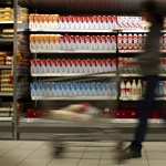 Megint a túl olcsó tej miatt kap a Tesco és az Auchan