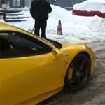 Ilyen, amikor Lada Niva vontat egy Ferrari 458 Italiát – videó