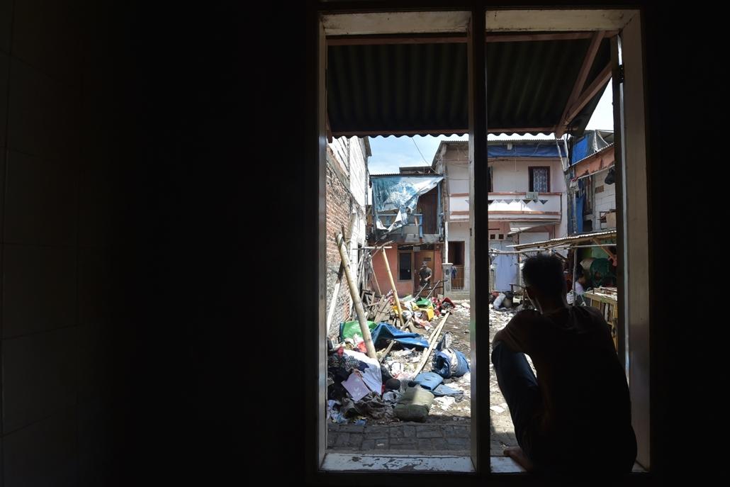 afp.16.04.11. Egy indonéz férfi ül egy ablakban Jakartában
