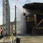 Hogyan mosnak le egy akár 440 tonnát is szállító gigantikus teherautót? - videó