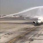Vízsugárral akarták üdvözölni a repülőt Dubajban, de véletlenül telibe lőtték