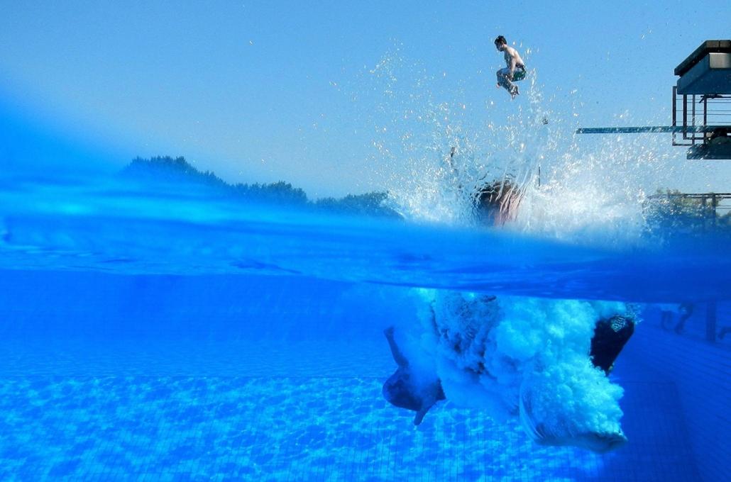 Egy fiú ugrik a medencébe egy 10 méter magas úgróállványról a hannoveri ListerBad uszodában 2012.augusztus 15-én.
