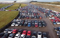 Tízezrével állnak az eladatlan használt autók egy brit versenypályán