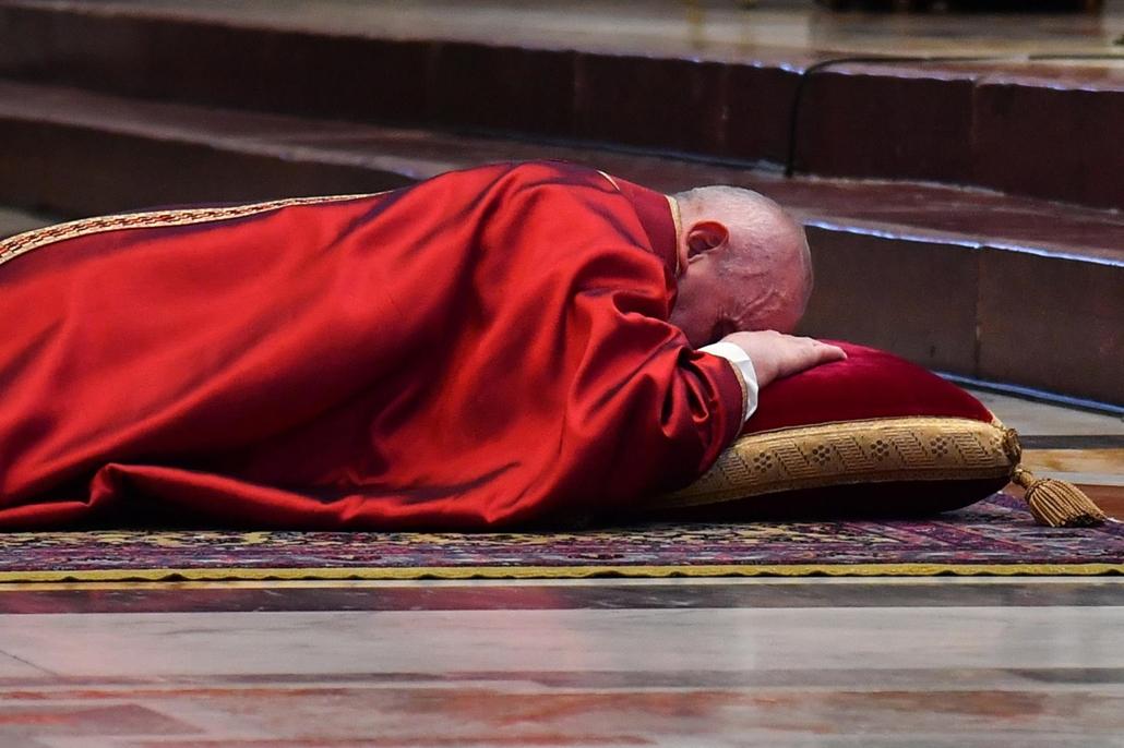 mti.21.04.02. Ferenc pápa a földön fekve imádkozik nagypénteki szentmisén a vatikáni Szent Péter-bazilikában 2021. április 2-án.