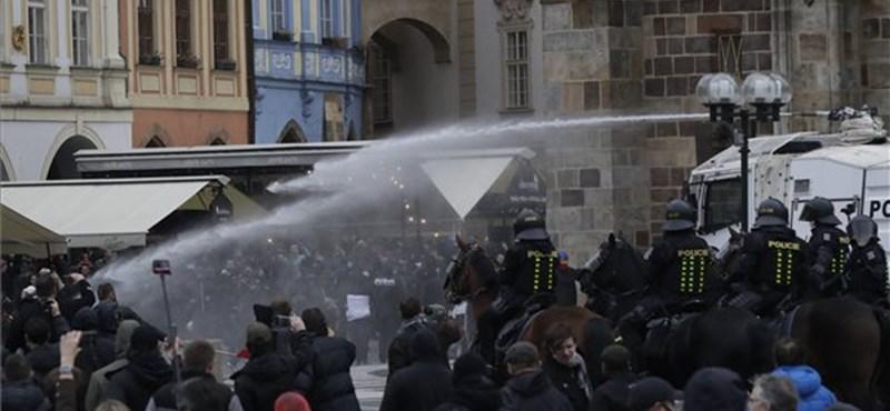 Szurkolók tüntettek Prágában a meccsek betiltása ellen, vízágyúzás lett a vége
