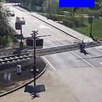 Elnézte a lezárt sorompót a motoros, berepült a sínekre. Nagyon kellett sietnie az őrangyalának