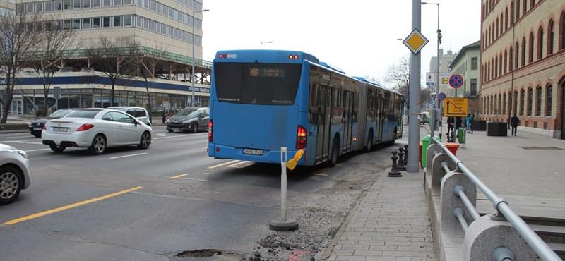 A Szentlélek térnél leborult rakomány a metrópótlást is bedöntötte