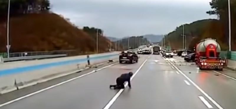 Csak segíteni próbált az autós a többinek, de pillanatokon belül életveszélyben volt – videó