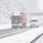 Hóesés, ónos eső – kamionok, autók csúszkálnak árokba, alakul a káosz