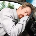 Elfogadhatatlannak tartja, mégis álmosan vezet a legtöbb autós
