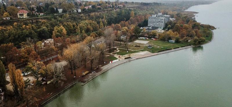 Nyarat idéző tömeg, kígyózó sorok - a Balatonhoz menekülnek a nyaralótulajdonosok