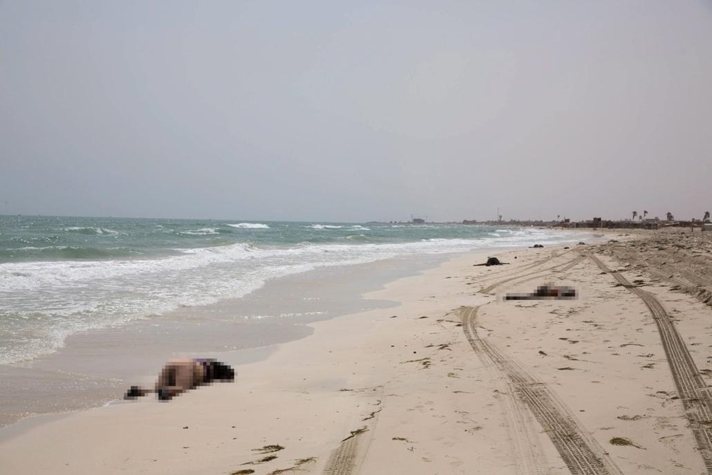 mti.16.06.03. - Líbia:Tengerbe fulladt migránsok partra sodort holtteste hever a nyugat-líbiai Zuvara városhoz közeli tengerparton 2016. június 2-án. Eddig nyolcvanöt partra sodort holttestre bukkantak a hatóságok, a baleset ideje és körülményei egyelőre