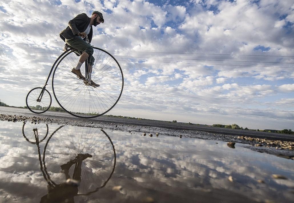 mti.14.06.26. - veterán kerékpárok nemzetközi találkozója Tiszakécskén - Velocipédekkel versenyeznek résztvevők a veterán kerékpárok nemzetközi találkozóján