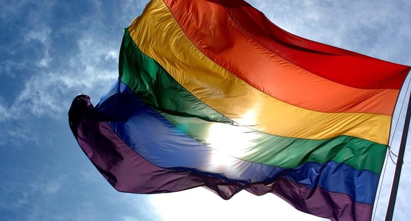 Szijjártó és Orbán posztjai alá ezrével kommentelik a szivárványszínű zászlókat