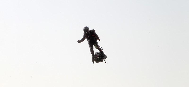 Nem sikerült a rekordkísérlet, tengerbe esett a légdeszkás francia